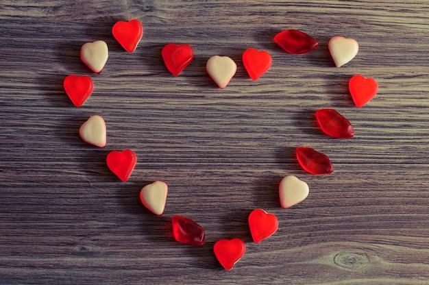 Bovenaanzicht foto van snoepjes liggend in de vorm van een hart