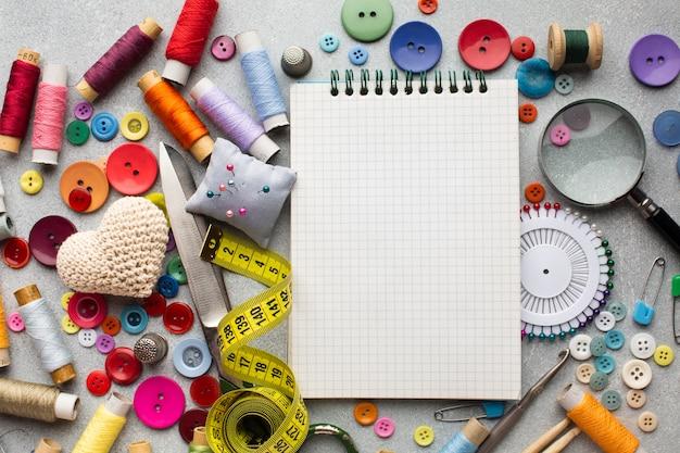 Bovenaanzicht fourniturenbureau met accessoires en notitieblok