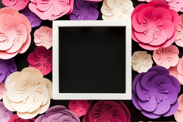 Bovenaanzicht frame en artistieke papieren bloemen