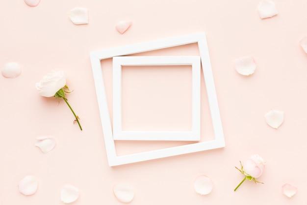 Bovenaanzicht frame en bloemen