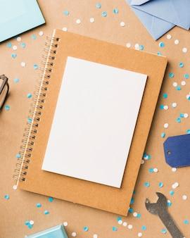 Bovenaanzicht frame en notebook