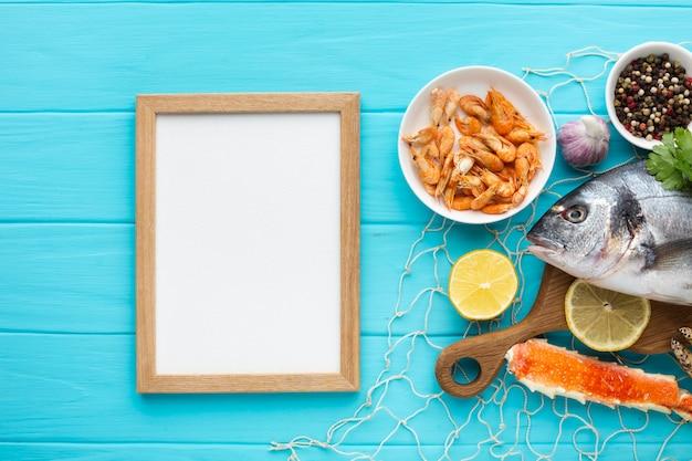 Bovenaanzicht frame en zeevruchten mix