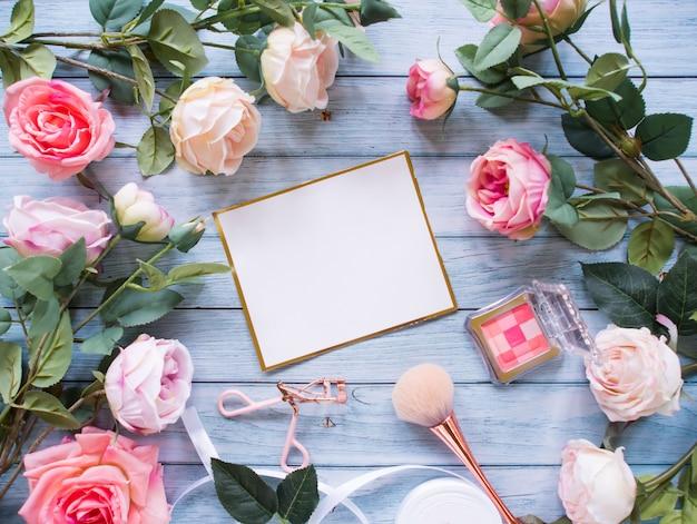 Bovenaanzicht, frame gemaakt van roze bloemen, kopie ruimte.