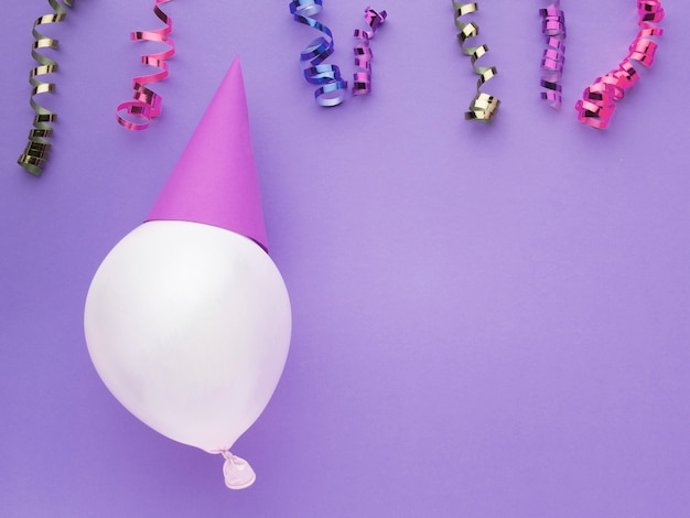 Bovenaanzicht frame met ballon en confetti