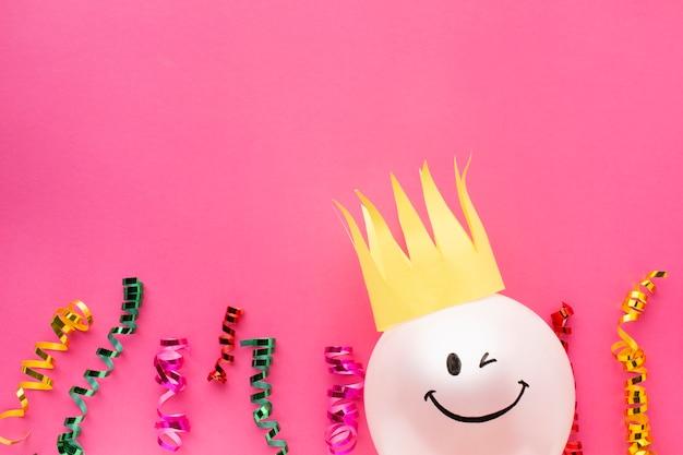 Bovenaanzicht frame met ballon en kroon