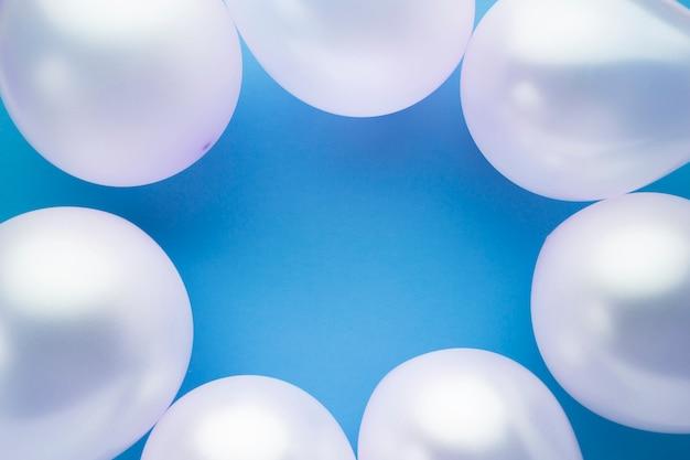 Bovenaanzicht frame met ballonnen en blauwe achtergrond