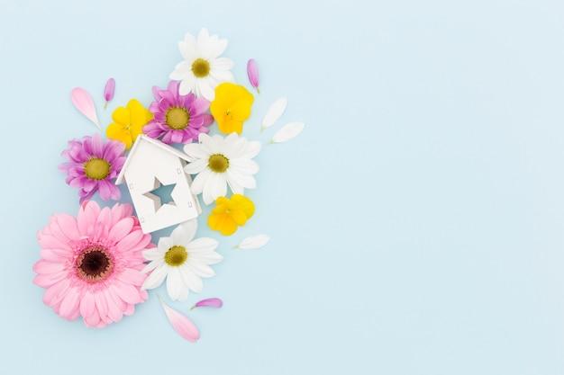 Bovenaanzicht frame met bloemen en houten huis