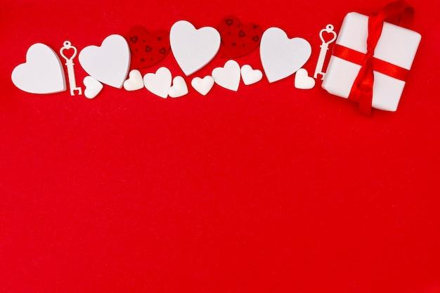 Bovenaanzicht frame met cadeau en rode achtergrond