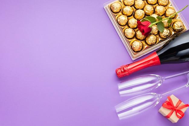 Bovenaanzicht frame met chocoladedoos en kopie-ruimte