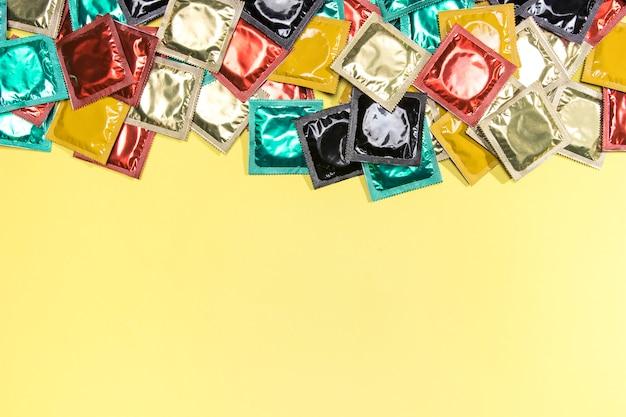 Bovenaanzicht frame met condooms en kopie-ruimte