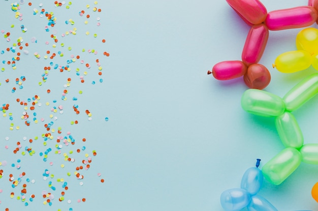 Bovenaanzicht frame met confetti en ballonnen