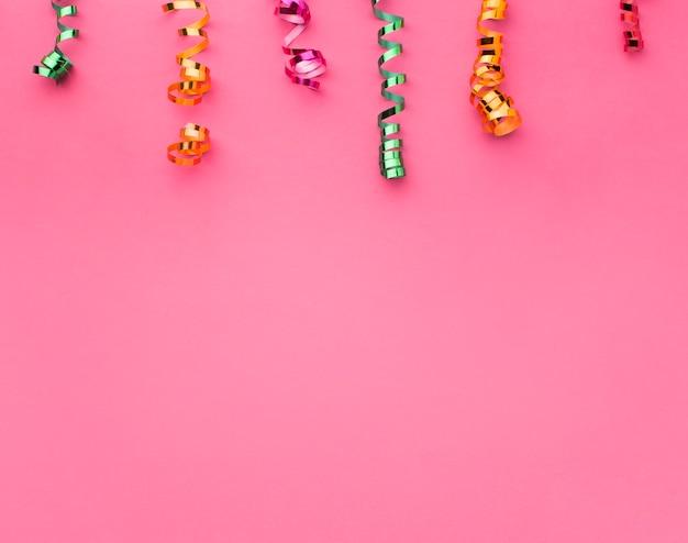 Bovenaanzicht frame met confetti en kopie-ruimte