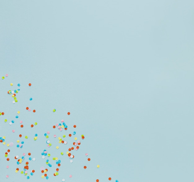 Bovenaanzicht frame met confetti op blauwe achtergrond
