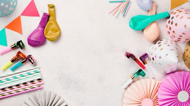 Bovenaanzicht frame met feestmutsen en ballonnen