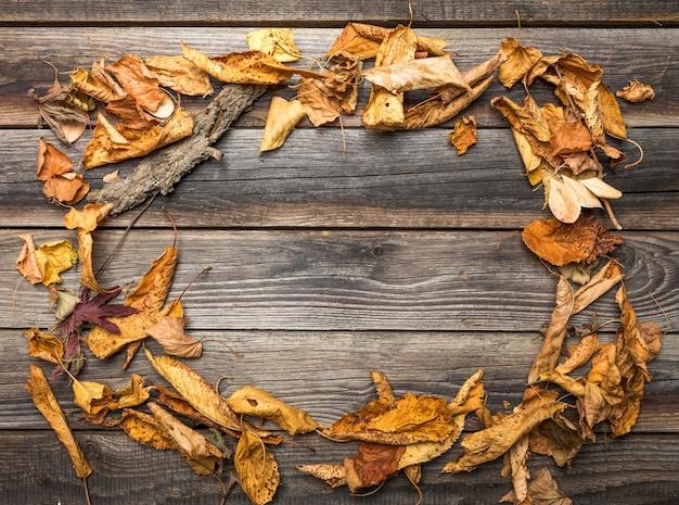 Bovenaanzicht frame met gedroogde bladeren en kopie-ruimte