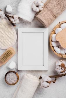 Bovenaanzicht frame met handdoeken en spa stenen