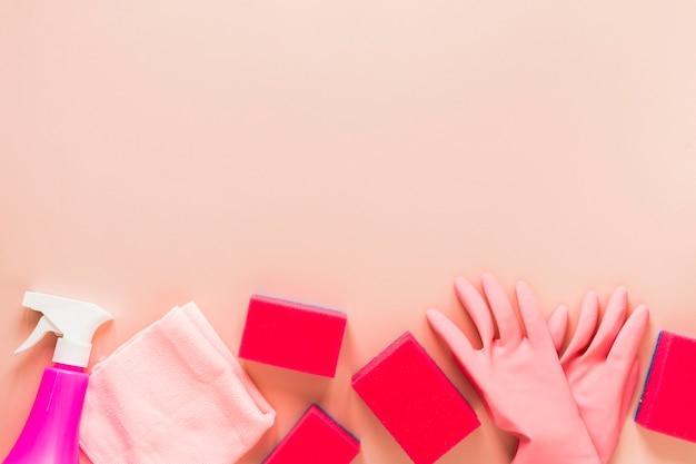 Bovenaanzicht frame met handschoenen en sponzen