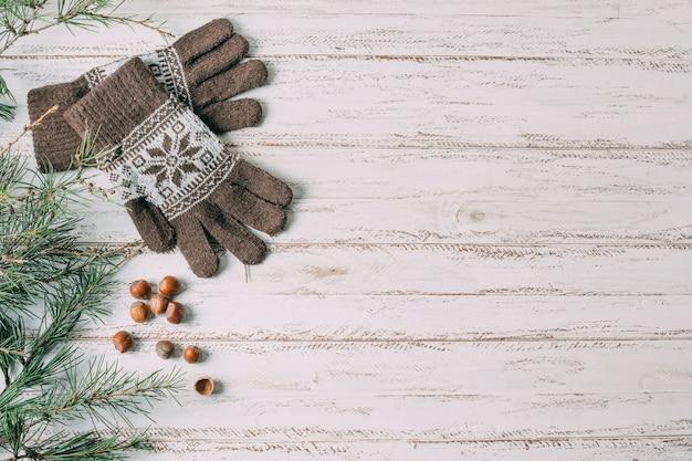 Bovenaanzicht frame met handschoenen op houten achtergrond