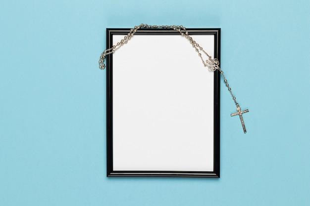 Bovenaanzicht frame met heilige ketting