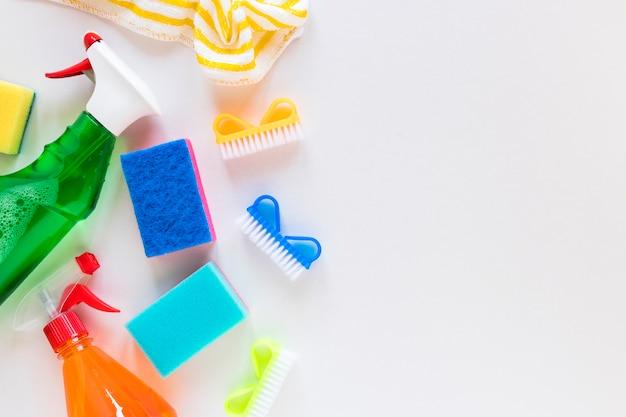 Bovenaanzicht frame met het reinigen van items en witte achtergrond