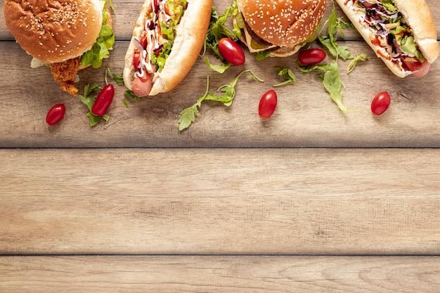 Bovenaanzicht frame met hotdogs en hamburgers