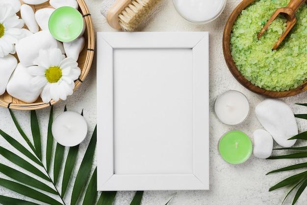 Bovenaanzicht frame met huidverzorging kaarsen en zout