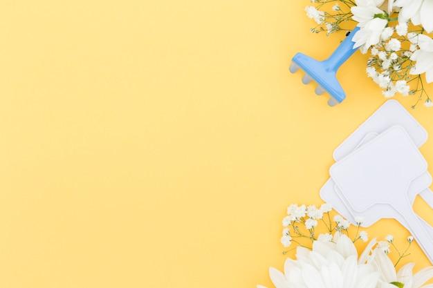 Bovenaanzicht frame met hulpmiddelen en gele achtergrond