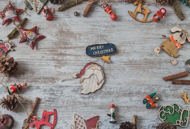 Bovenaanzicht frame met kerstversiering op wit hout