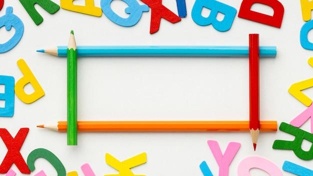 Bovenaanzicht frame met kleurrijke letters