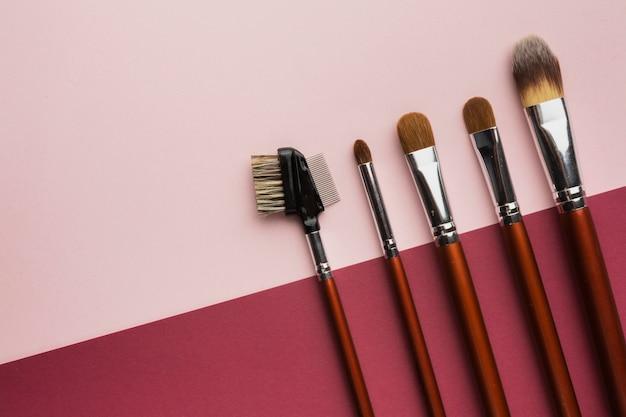 Bovenaanzicht frame met make-up kwasten en kopie-ruimte