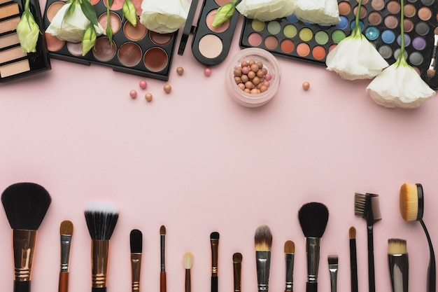 Bovenaanzicht frame met make-up paletten en borstels