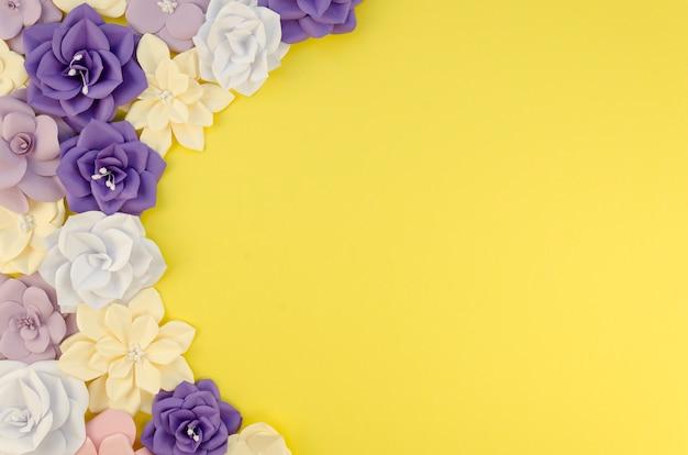 Bovenaanzicht frame met papieren bloemen