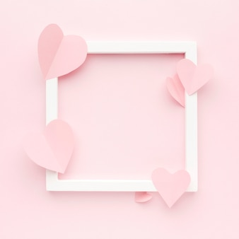 Bovenaanzicht frame met papieren hartvormen