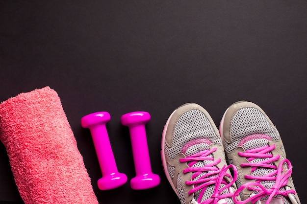 Bovenaanzicht frame met roze sportattributen