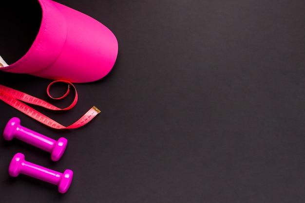 Bovenaanzicht frame met roze sportieve items