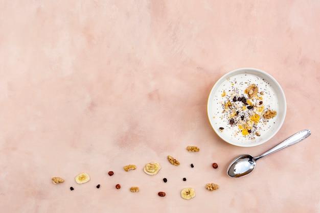 Bovenaanzicht frame met smakelijk ontbijt en kopie-ruimte