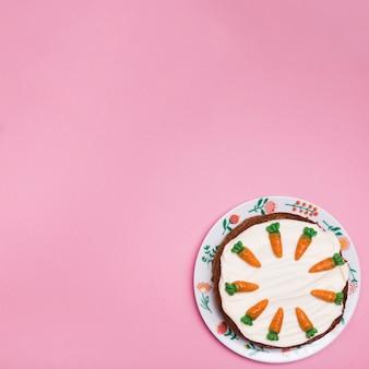 Bovenaanzicht frame met smakelijke cake op een bord