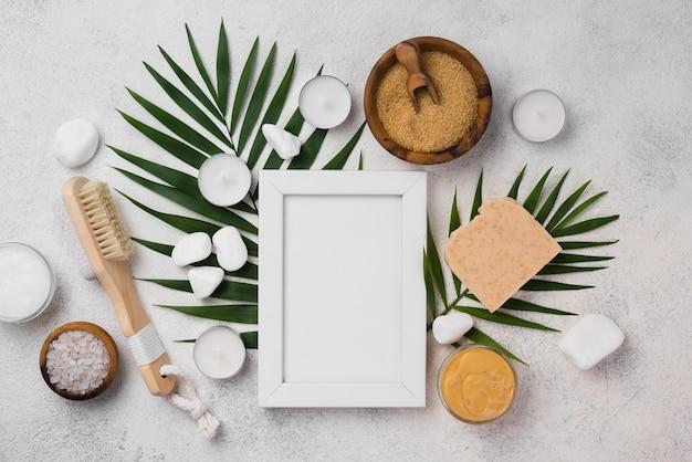 Bovenaanzicht frame met spa borstel en kaarsen