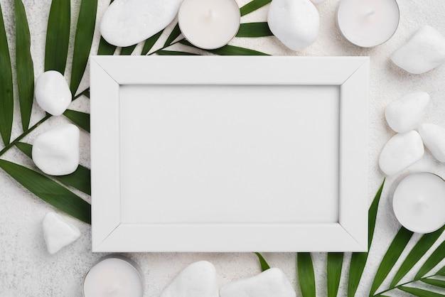 Bovenaanzicht frame met spa kaarsen en stenen