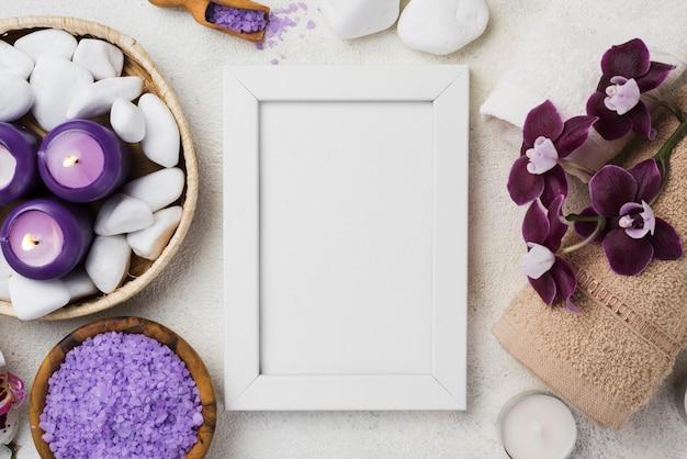 Bovenaanzicht frame met spa stenen en kaarsen