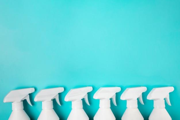 Bovenaanzicht frame met spray flessen en kopie-ruimte