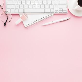 Bovenaanzicht frame met toetsenbord en kopie-ruimte