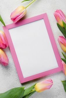 Bovenaanzicht frame met tulpen naast