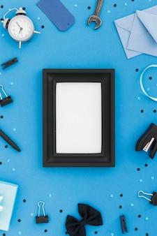Bovenaanzicht frame met vaders tools op bureau