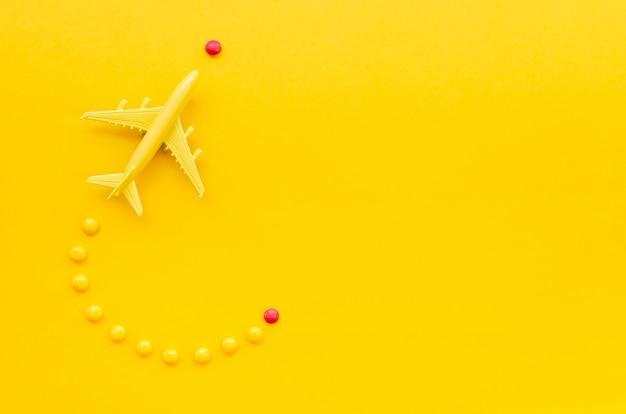 Bovenaanzicht frame met vliegtuig en snoep