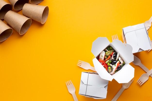 Bovenaanzicht frame met voedsel en bekers