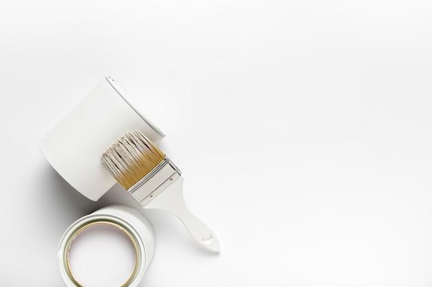 Bovenaanzicht frame met witte verfcontainers