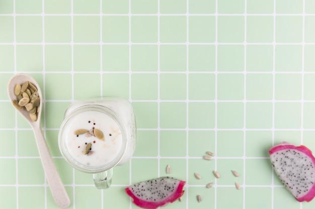 Bovenaanzicht frame met yoghurt en kopie-ruimte