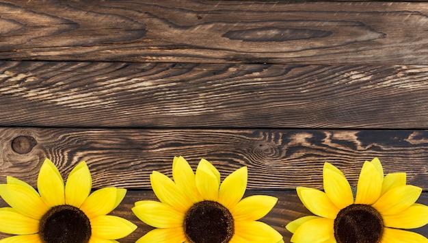 Bovenaanzicht frame met zonnebloemen en kopie-ruimte