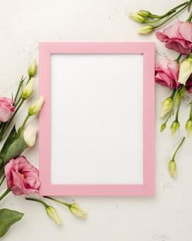 Bovenaanzicht frame naast rozen